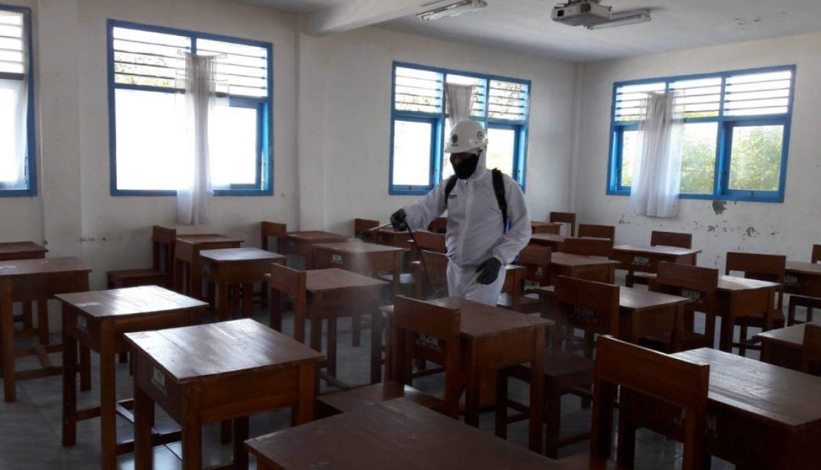 Datangi SMP Muda, Tim Desinfektan SMK Muhammadiyah 1 Kota Malang Sanitasi Ruangan