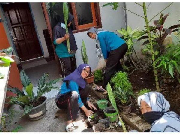SMPM 2 Inovasi Jum'at Indah Menuju Sekolah Adiwiyata